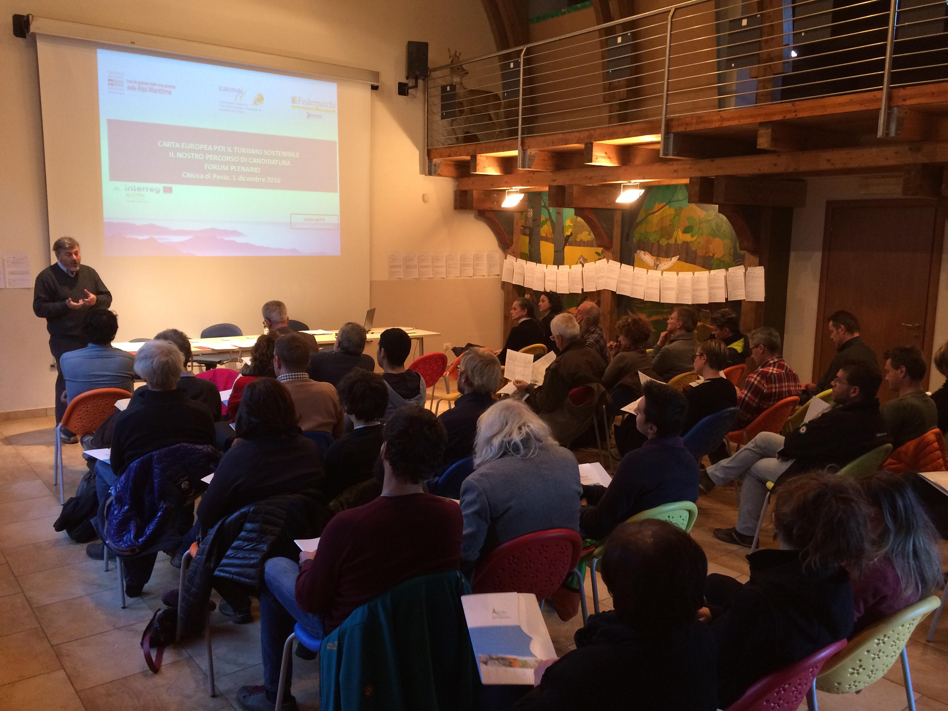 Gli operatori in ascolto durante il forum plenario
