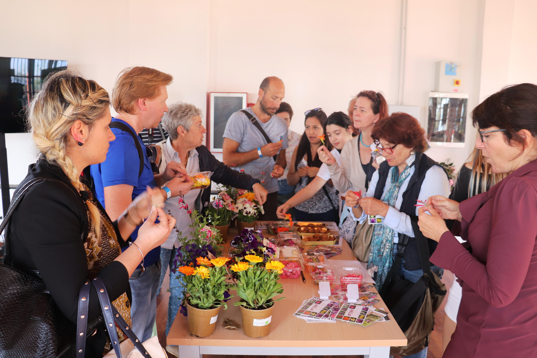Les participants autour du buffet de fleurs